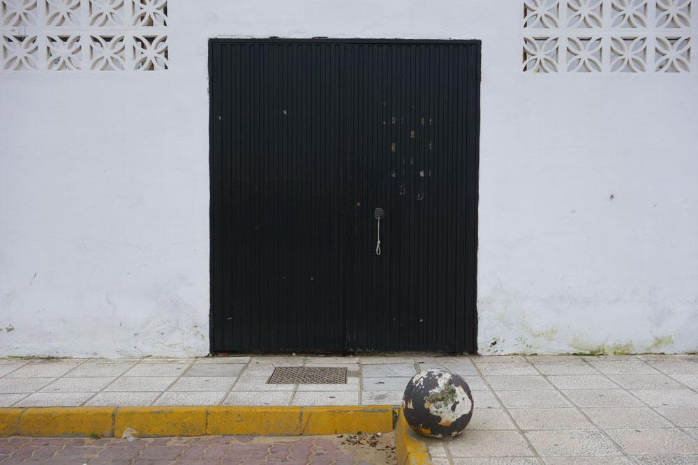 Door near beach in Sanlúcar de Barrameda, España