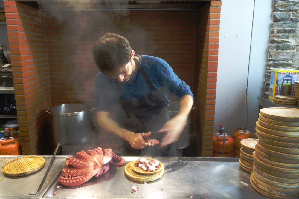 Chef at Pulperia Luis in Darria Espana