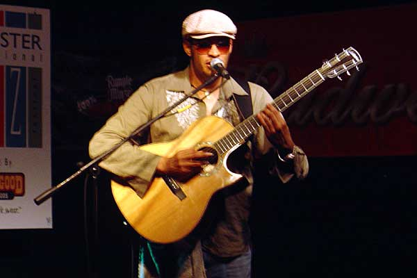 Raul Midon performing at the 2005 Rochester International Jazz Festival