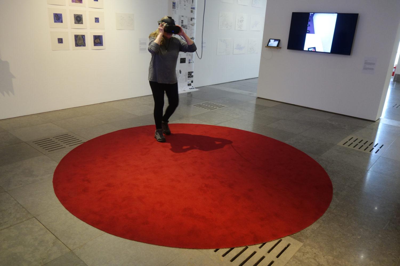 Peggi with virtual reality headset  at Museu Nacional de Arte Contemporânea do Chiado.