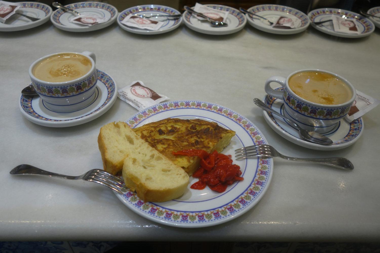 Dos Café con leche y uno pincho de Tortilla.