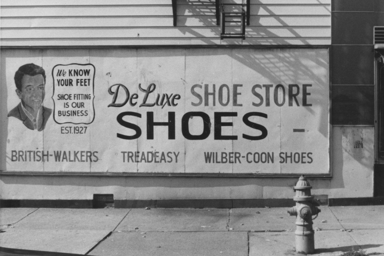 De Luxe Shoe Store sign on Monroe Avenue - photo by Paul Dodd 1976